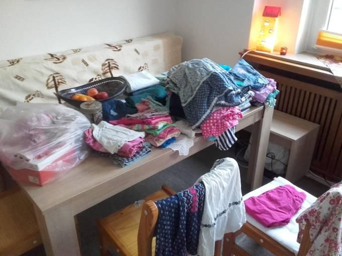 Gesammelte Kleidungsstücke für die Betreuungsstätte